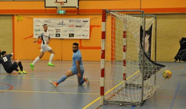 De keeper van Harderwijk ziet de zoveelste bal in het net verdwijnen.