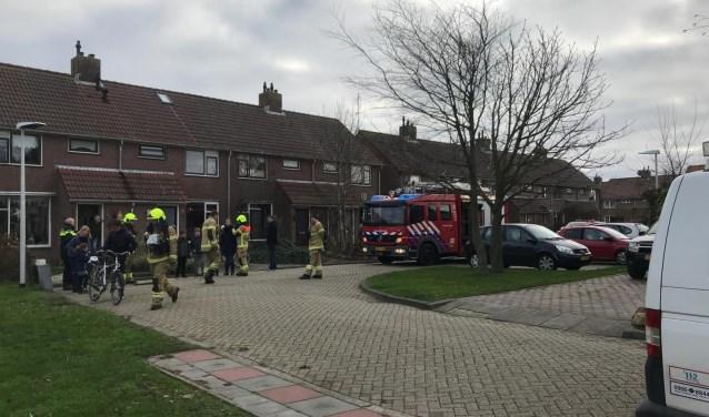 De brandweer verrichtte woensdag metingen aan de De Wittstraat om de geur uit de sloot te meten.