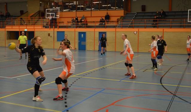 De Texelse handbalsters afgelopen donderdagavond in actie tegen Hugo Girls uit Heerhugowaard.