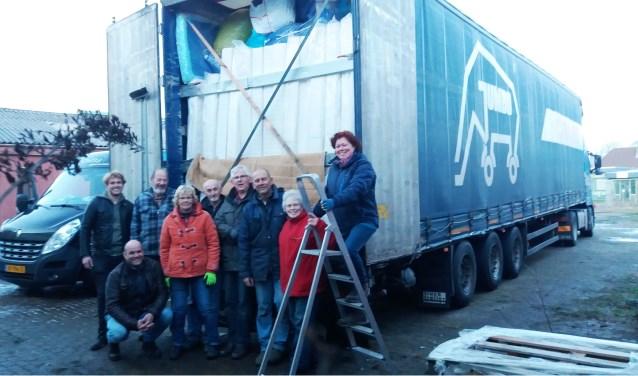 Vrijwilligers van de Stichting Hulp Oost-Europa bij een vrachtwagen vol hulpgoederen.