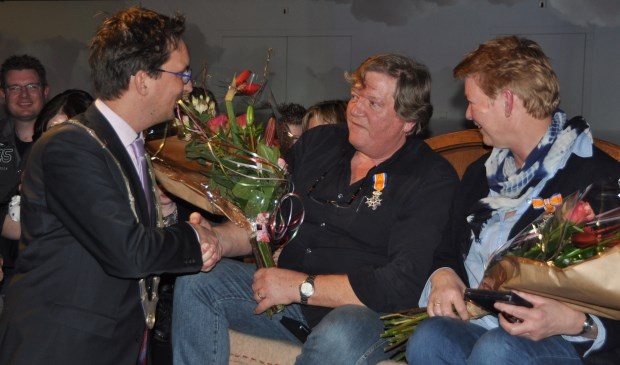 Bloemen voor de geridderde Adrie en Ineke Vonk.