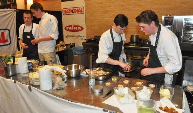 Koks in actie tijdens een kookwedstrijd van de ROC op Texel.