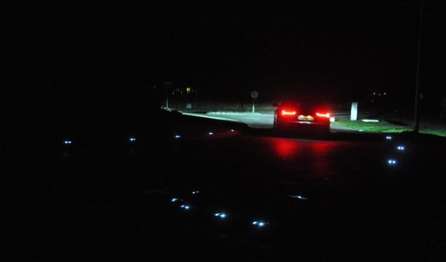 De rotonde Nieuwlanderweg. Op de voorgrond de verlichting op het wegdek.