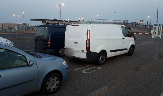 De busjes met Engels kenteken op de veerhaven van 't Horntje.