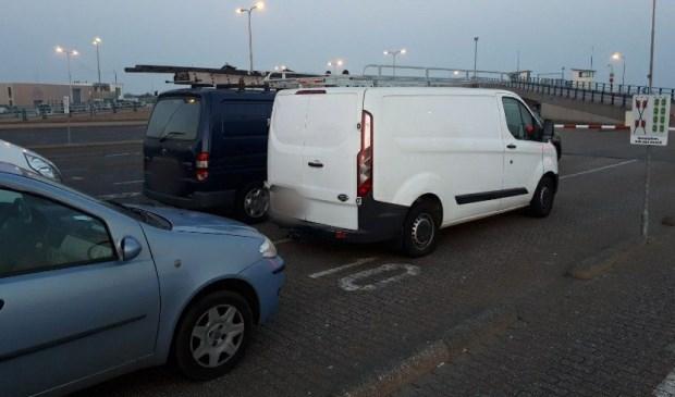 De busjes van de travellers op de veerhaven van 't Horntje.