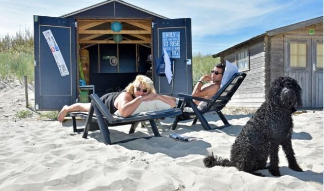 Ellen Spelt en Frank Zwijsen bij hun huisje op paal 33. Ze vertellen er over in Texel Magazine.