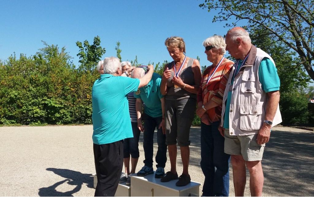 Rob Dapper deelt de medailles uit.  © Mediabureau Langeveld & De Rooy
