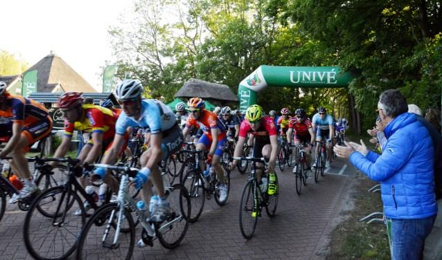 Het peloton wordt tijdens de Texelse omloop van de Tour de Lasalle aangemoedigd.