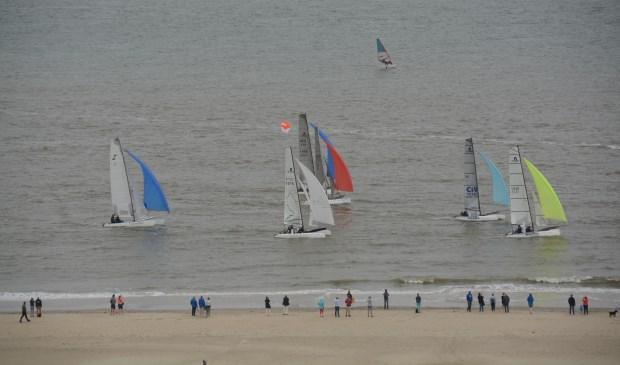 De catamarans (en een windsurfer) gezien vanaf de vuurtoren.