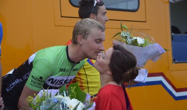 Winnaar Tijs Dekker wordt gefeliciteerd door Tourmiss MIlan Boks.