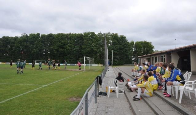 Het Waddentoernooi in 2013 op Texel. Ameland kijkt naar de wedstrijd Texel tegen Terschelling.