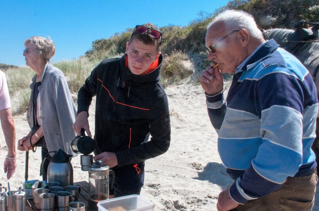 Rodney Betsema schenkt koffie Foto: Gerrit Verhoeven © Mediabureau Langeveld & De Rooy