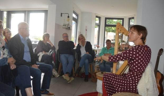 Verteller Hanna'floor de Roos speelt harp tijdens één van haar verhalen.