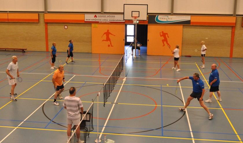 Badminton in Ons Genoegen (tijdens het Waddentoernooi).