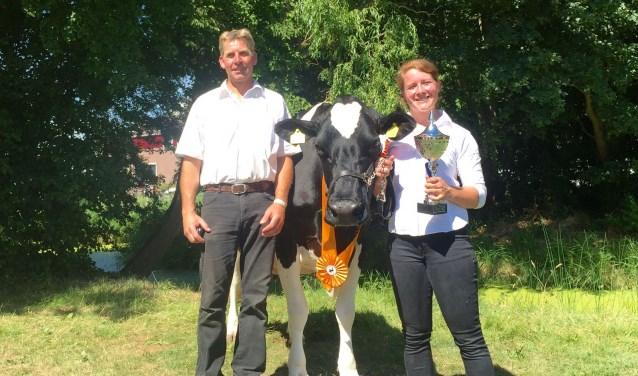 Hans Kikkert en Larissa Klaassen met in hun midden reservekampioen Bea 159.