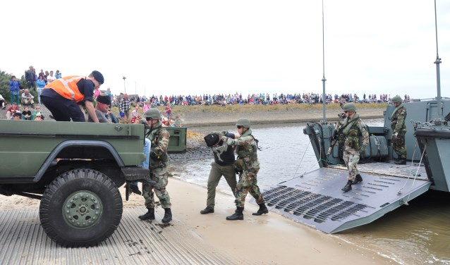 Mariniers in actie tussen een open dag die eerder op de Mok werd gehouden.