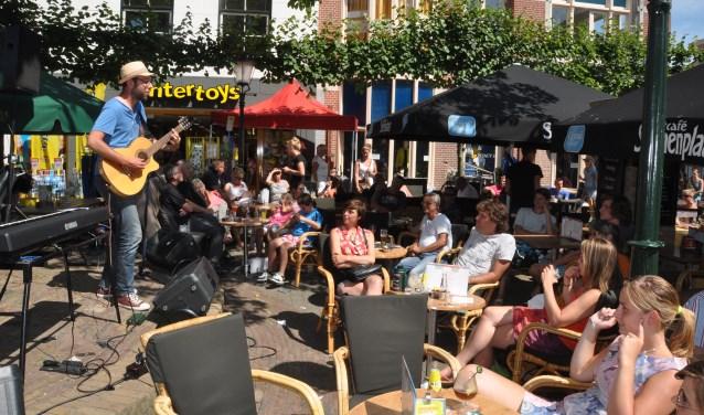 Optredens in het centrum van Den Burg tijdens de Horizontoer.