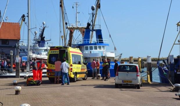Hulp op de haven voor het gewonde kind.