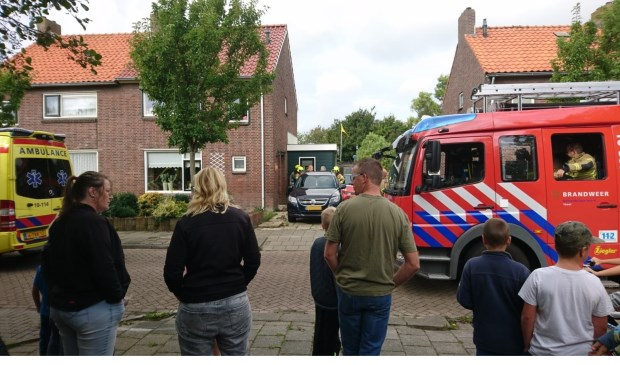 De hulpdiensten zijn in Oudeschild voor hulp aan de gewond geraakte klusser.
