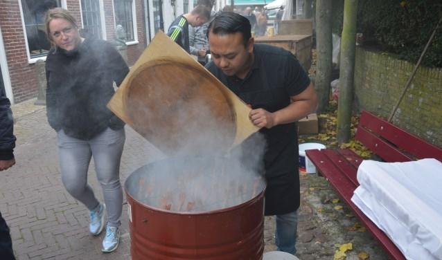 Rond de Maartenskerk in Oosterend binden visrokers zaterdag de strijd aan.