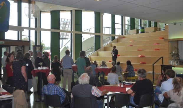 Burgemeester Michiel Uitdehaag spreekt de gasten toe in de aula van de OSG.