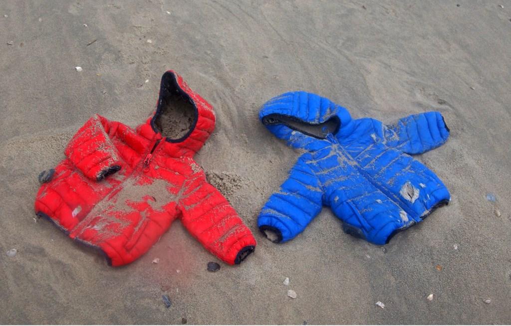 Aangespoelde jassen van de MSC Zoë op het strand bij Paal 8.