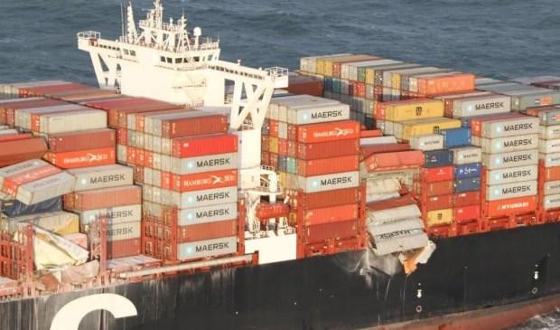 Foto van de MS Zoë waarop te zien is dat er een serie containers overboord zijn gegaan.