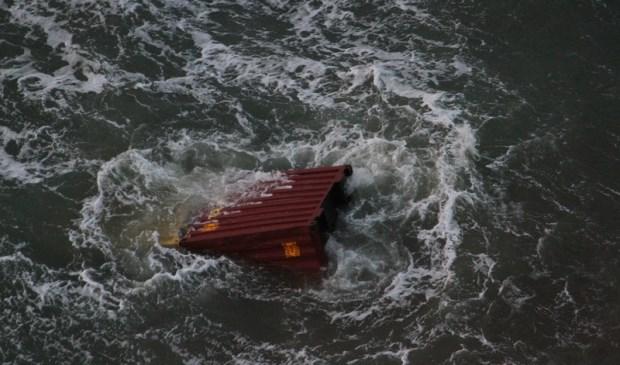 Een van de 277 overboord geslagen containers van de MSC Zoë.