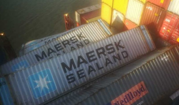 Door elkaar liggen containers aan boord van de Zoë.