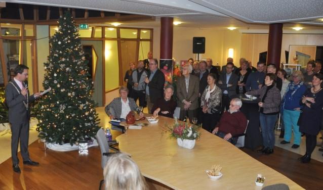 Bezoekers van de nieuwjaarsreceptie van de gemeente luisteren naar de toespraak van burgemeester Michiel Uitdehaag.