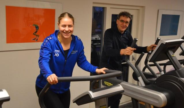 Judith Oostra, student Sport en Beweging, organiseert de informatiemarkt en Freerk Broekstra.