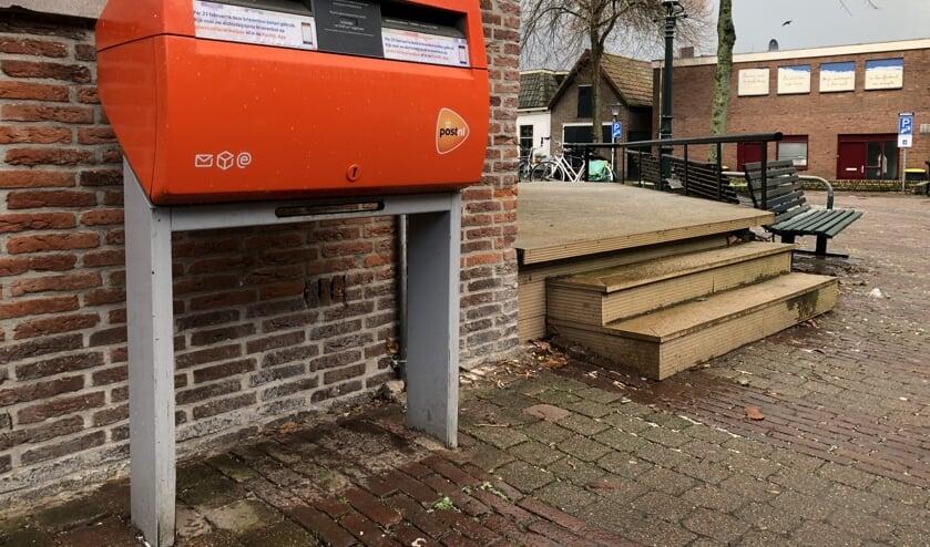 De brievenbus bij het postkantoor in Den Burg. De verdwijnsticker zit er al op.