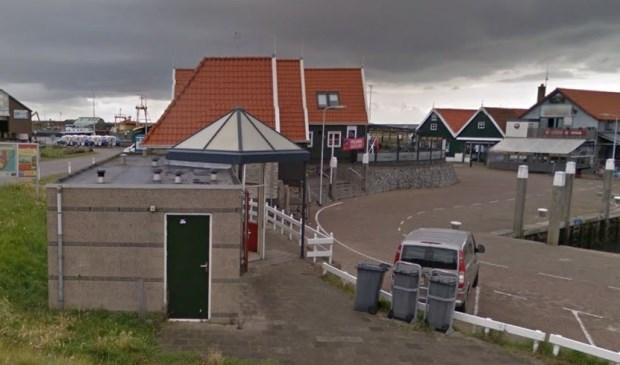 Links de toiletvoorziening op de haven van Oudeschild.