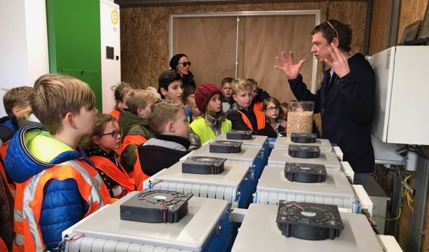 Martijn Eelman van Nieuw Leven praat leerlingen van de Thijsseschool bij over Duurzaamheid.
