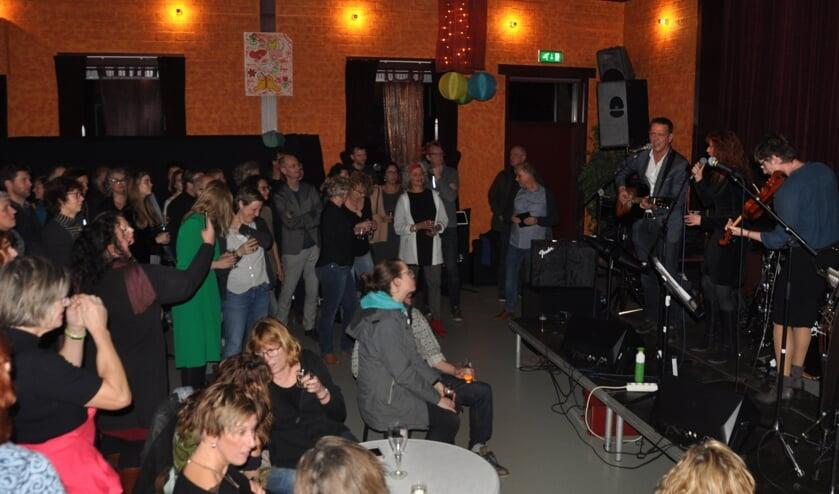 Optreden op het podium van De Wielewaal.