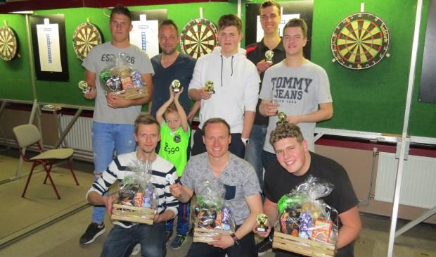 De winnaars van het dartstoernooi bij ZDH.