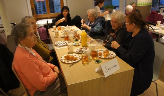 Gezamenlijk ontbijten bij de Hema in Den Burg.