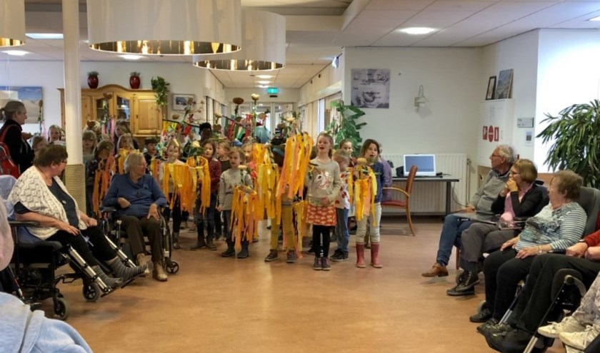 Leerlingen van Stella Maris zingen de bewoners van verpleeg- en verzorgingshuis Hollewal toe.