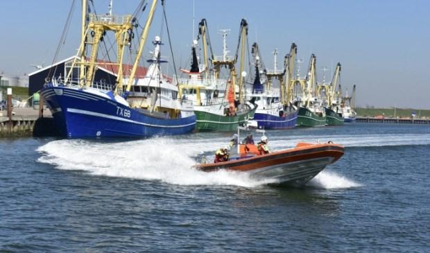 De Cornelis Dito verlaat de haven van Oudeschild.