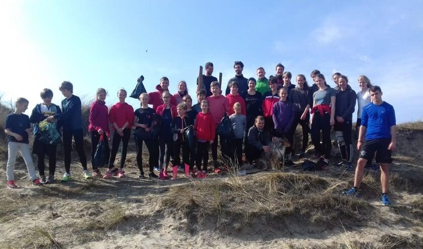 Leden van DJK Elmar Kohlscheid die het strand opruimden.