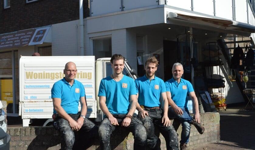 De mannen van Woonkracht 7 voor de winkel.