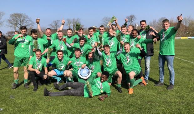 SV Oosterend met de kampioenschaal.