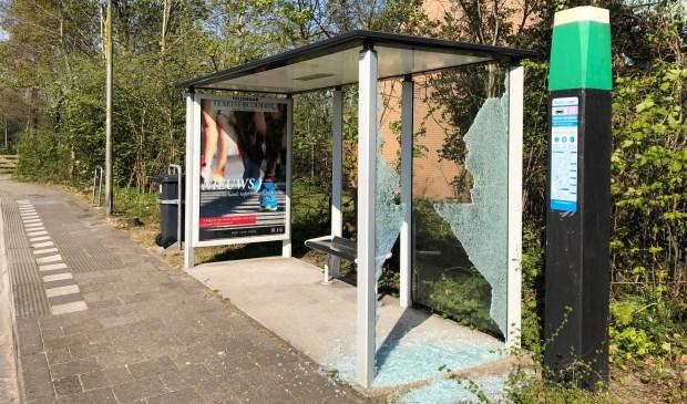 De kapotte bushalte aan de Emmalaan.