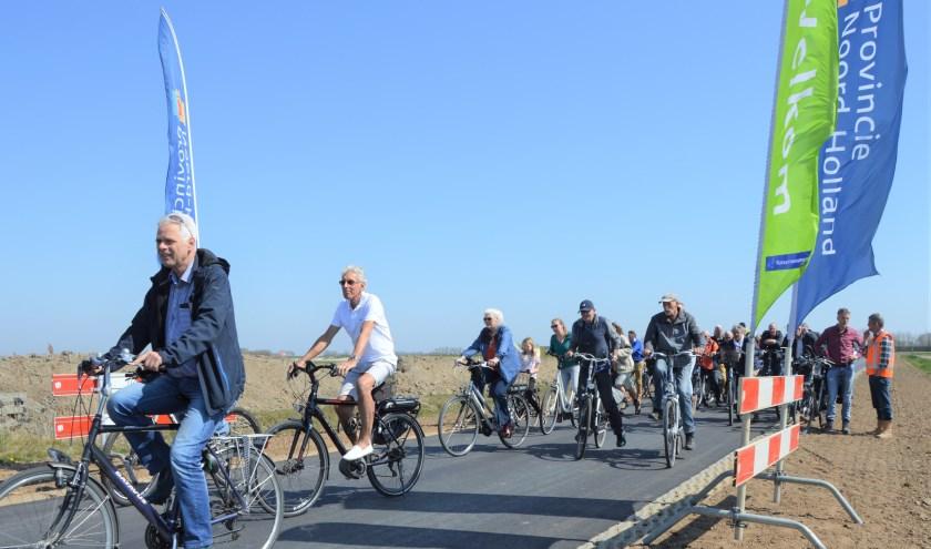 Op De Staart zijn de hekken aan de kant, fietsers openen de vernieuwde weg door Waalenburg.