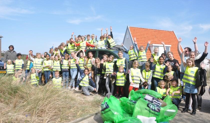 De kinderen van de Lubertischool met het verzamelde afval.