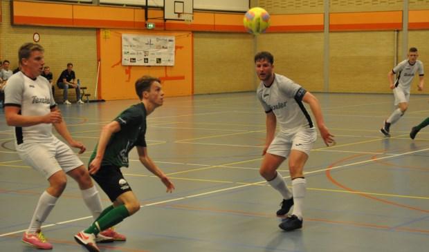 Speler van Scagha'66 aast, tussen Ruben Duinker en Jesper Arkenbout, naar de bal.