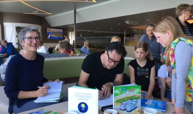 Marianne Witte en Gerco van Beek signeren het nieuwe voorleesboek.