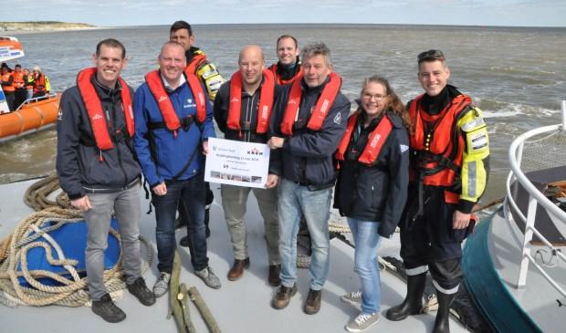 Vrijwilligers van de KNRM nemen de nieuwe donateurs van De Krim in ontvangst.
