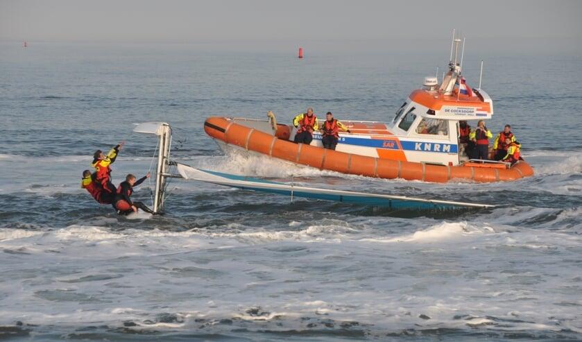 De Beursplein 5 bij een omgeslagen catamaran.