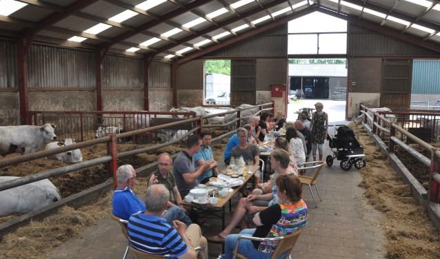 Een maaltijd met Texels rundvlees in de stal van Werner Dros.